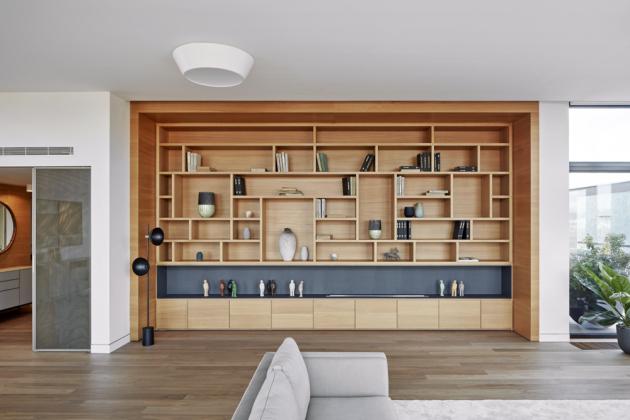 Prostorná knihovna zmasivního dřeva byla vyrobena namíru dovýklenku vobývacím pokoji, který je největší místností vbytě. Zatím ji plní především dekorace, znichž naprvní pohled zaujmou postávající keramické figurky zkolekce The Visitor odbelgického výtvarníka Guida Deleuho
