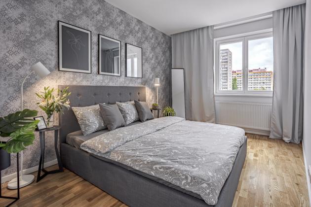 Vložnici je použita tapeta (Caselio) znetkané textilie zkolekce Kaleido vneutrálním šedém odstínu. Dále je vybavena čalouněným boxspringovým lůžkem (Luc). Garnýže azávěsy (IKEA) jsou vyrobeny zlesklého saténu akvětinové inoční stolky včetně zrcadla jsou zčerně lakovaného kovu