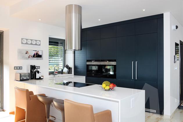 Pokud stojíte před renovací své kuchyně, nebo zařizujete úplně nový dům, vsaďte na vestavěné skříně, které jsou nejenom praktické, ale hlavně designové. Elegantní je i do vestavěné skříně umístit lednici, která tak nebude narušovat kompaktní vzhled všeho nábytku. Praktické jsou také ostrůvky, které mohou být použity buď jako pracovní plocha, nebo do nich například umístit troubu, myčku či jiný kuchyňský spotřebič. Ten vám tak bude neustále po ruce.