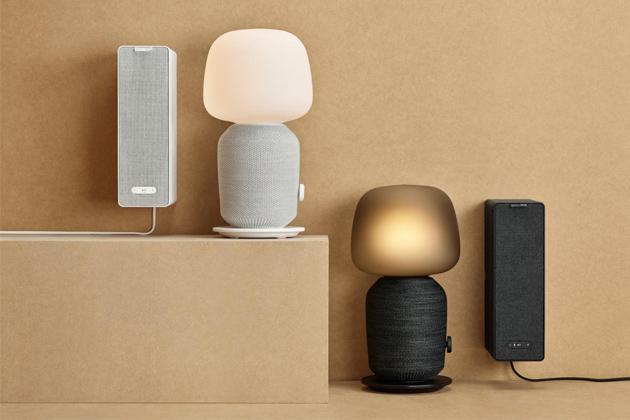 Regálový reproduktor Symfonisk Bookshelf (IKEA), který lze využít také jako polici, nemá žádný konektor pro přivedení zvuku kabelem adokonce ani Bluetooth.