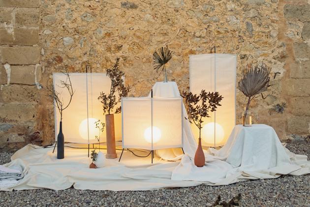 Jako vpohádce tisíce ajedné noci si budete připadat venku hned posetmění, pokud si nakouzlo podzimního večera posvítíte venkovními lampami La Flaca (Marset).