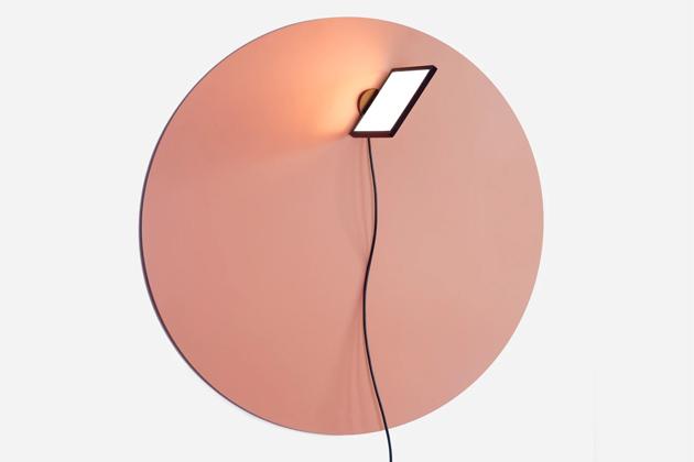 Piazza (From lighting) je magnetická nástěnná lampa navržená tak, aby se mohla volně pohybovat popovrchu kovové desky vždy podle aktuální potřeby.