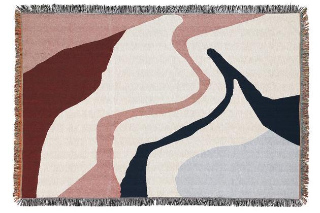 Nové tapisérie Vista Blanket z produkce výrobce Ferm Living se chlubí dekorem zachycujícím abstraktní pohled na naši planetu shora. Tento rafinovaný vzor je vyrobený ze 100% bavlny technikou precizního tkaní, dekor je doplněn o třásně ze všech čtyř stran. Kolekce obsahuje také vyšívané polštáře se shodným vzorem. Rozměr tapisérie je 170 × 120 cm, cena 3 605 Kč, WWW.DESIGNVILLE.CZ