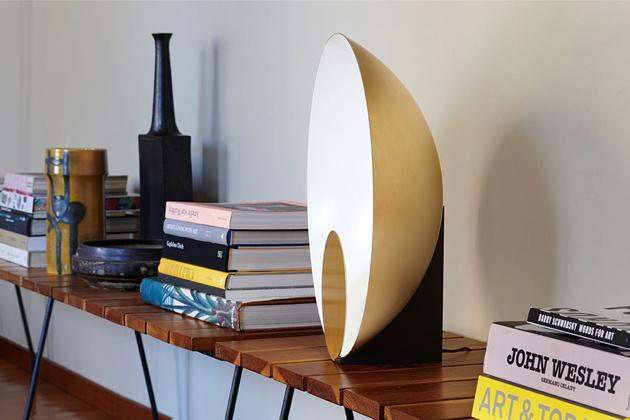 Designérka Marta Perla navrhla pro výrobce osvětlení Oluce polosféricky koncipovanou stolní lampu Siro sclonou.