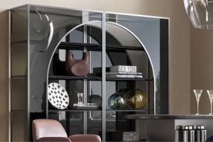 Knihovna Arch (Natuzzi Italia) se vyznačuje nezaměnitelným luxusním stylem, který interpretuje tradici architektury vyhlášené italské oblasti Apulie v originálním současném pojetí. Ikona stylu charakterizovaná architektonickým obloukovitým tvarem kombinuje několik druhů skel s různým množstvím průsvitu a intenzivním vizuálním dopadem. Knihovnu lze využít jako vitrínu nejen pro tištěné trofeje. Rozměr tohoto modelu je 40 × 166 × 210 cm, cena od 286 980 Kč, WWW.NATUZZI.CZ