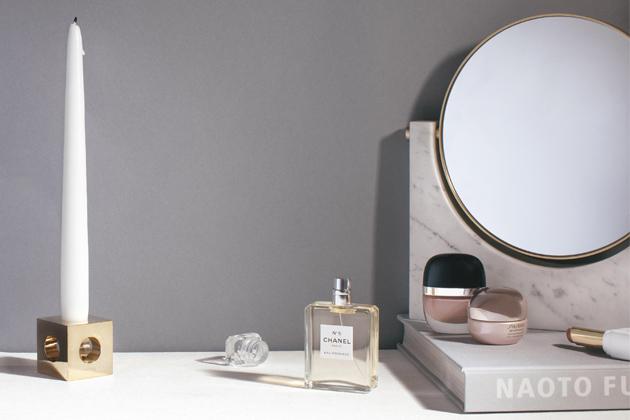 Dřevo či mramor jsou aktuálně nejvíce využívanými povrchy v koupelnách, a proto se i designéři doplňků určených do koupelen ubírají tímto směrem. Dekorativní zrcadla Pepe (Menu) jsou výsledkem práce designérského studia Pepe, které je pověstné vášní k právě zmíněnému mramoru. Ti zpracovali několik druhů mramoru v kombinaci s mosazí a zrcadlem. Produkt má rozměr 26 × 25 × 3 cm, cena 13 350 Kč, WWW.DESIGNVILLE.CZ