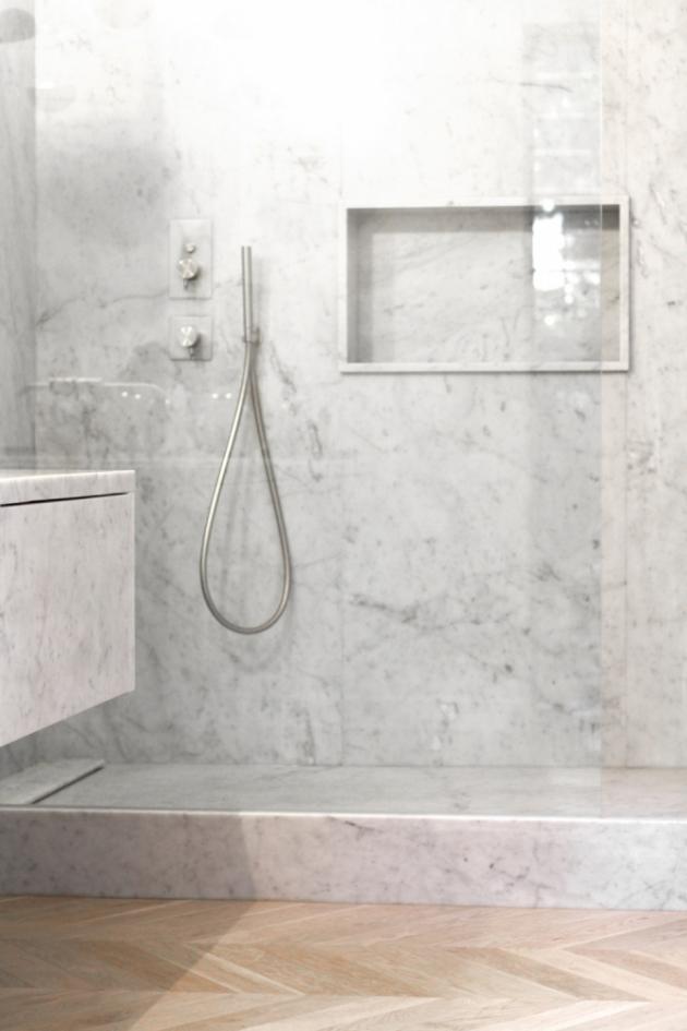 Mramorovou koupelnu rodičů doplňuje dřevo a křišťál. U baterií designéři vsadili na řadu Diametro35Inox (Ritmonio) sECO funkcí pro úsporu vody.