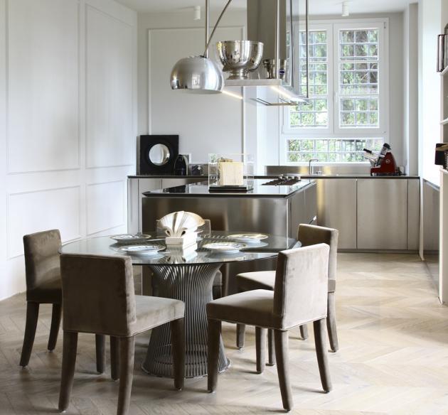 Hlavním materiálem kuchyně je nerezová ocel, kterou designéři zvolili pro její odolnost a hygienické vlastnosti.