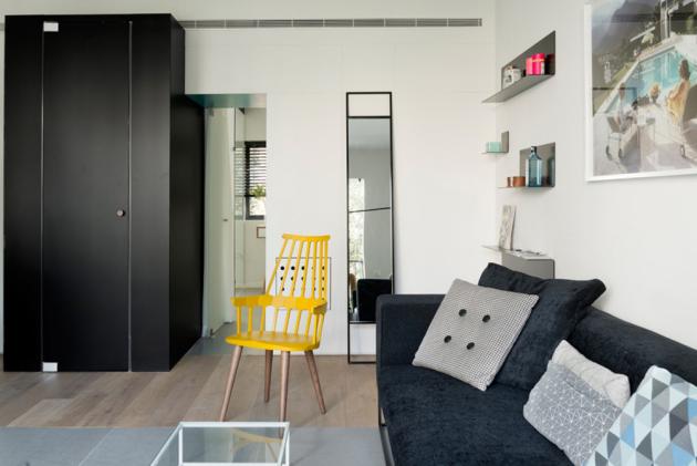 Umístit na 55 m2 dvě ložnice, jednu koupelna a toaletu pro hosty se vpočátku jevilo jako zdánlivě nemožný čin. Nakonec toho designéři dosáhli inteligentním dělením prostoru, skříňkami na míru a skleněnými přepážkami, které propůjčují bytu velice vzdušný dojem.