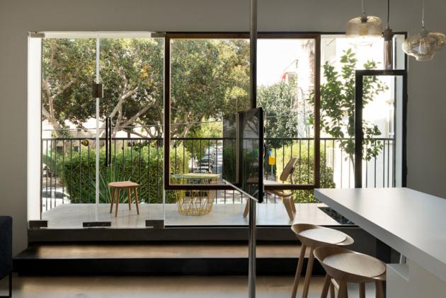 Balkon, kde si majitel nechal vysadit pomerančovník, je otevřený a prostorný.