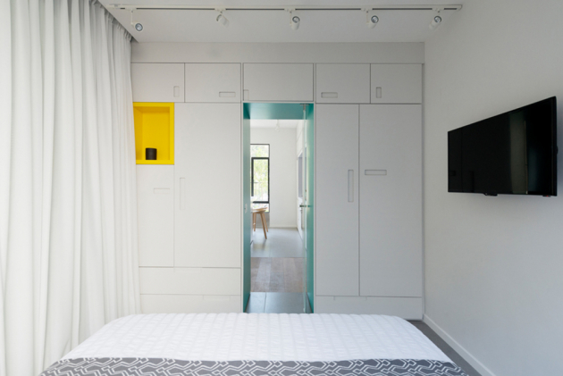 Ložnice stoaletou a sprchovým koutem je umístěnav části za skleněnou stěnou a závěsem