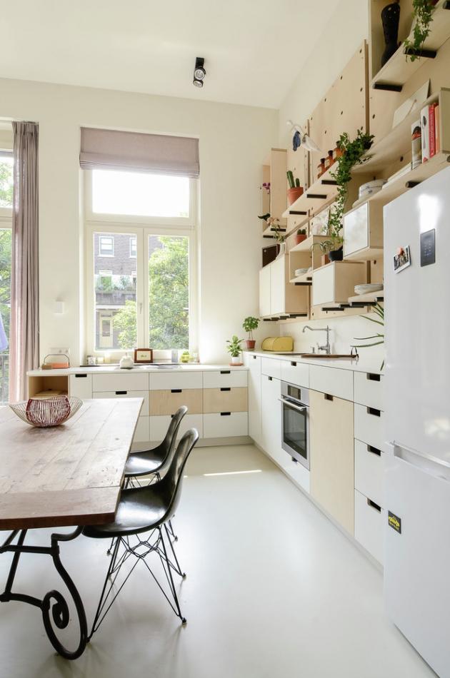 Sborovna byla přeměněna na pokoje a třída na obývací prostor.
