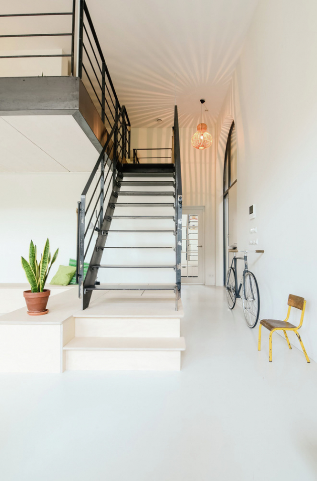 Z původního prostoru zůstaly zachovány betonové podlahy a ocelové schodiště, které v kombinaci s překližkou vytvořily světlý a hřejivý interiér.