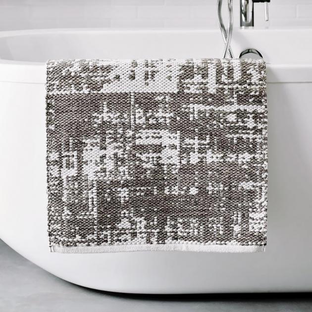 Osušte své nohy pomocí savé textilní koupelnové rohože, která je vyrobena z příjemné organické bavlny. Podložka navíc obdržela mezinárodní certifikát Oeko-Tex® pro textilie vyráběné pouze ze zdravotně a ekologicky nezávadných materiálů. Koupelnová podložka Grey Sky (West Elm), ruční výroba, 51 × 86 cm, cena 655 Kč, WWW.WESTELM.CO.UK