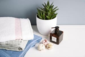 Milujete kosmetiku, která provoní celou vaši koupelnu? Vyzkoušejte šumivé koule do vany, jež jsou plné olejů ablahodárných másel! Bez parabenů a dalších sulfátů či syntetických pěnidel, které škodí jak životnímu prostředí, tak naší pokožce. Kuličky do koupele (Westwing), cena na dotaz, WWW.WESTWING.CZ