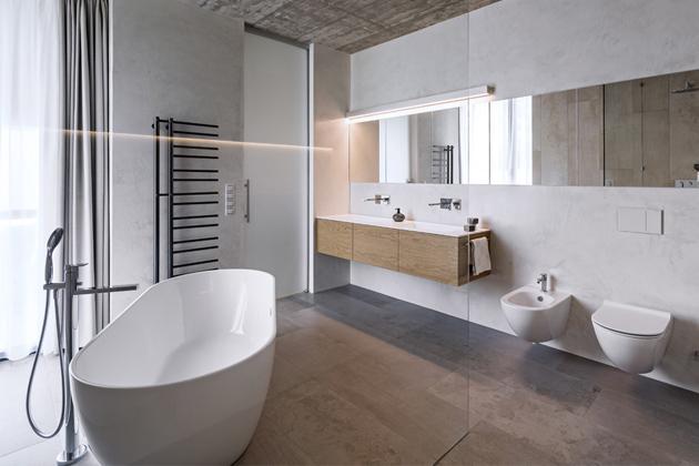 V koupelně byla použita keramická dlažba Flowa, sanitární keramika Globo, vana a nábytek Ideagroup a baterie Gessi