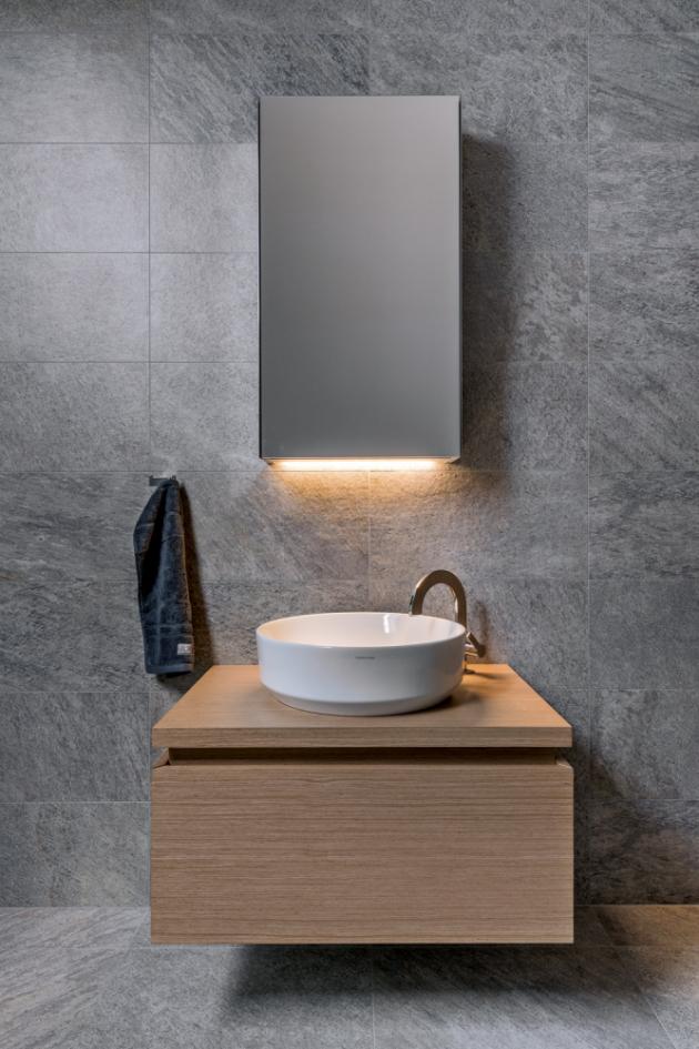 Ambientní osvětlení skříňky řešené LED páskou vizuálně podporuje solitérní efekt baterie Giro (Noken)