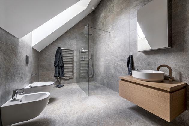 Sprchový kout bez vaničky je ideální volbou vybavení minimalistických koupelen, WC abidet zkolekce Sfera (Catalano), baterie od výrobce Grohe