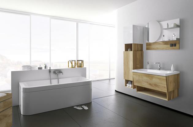 Dubové koupelnové skříňky Perola (Dřevojas), kolekce MYJOYS, deska se zrcadlem, police selektrickou zásuvkou avypínačem, cena 13990Kč, WWW.DREVOJAS.CZ