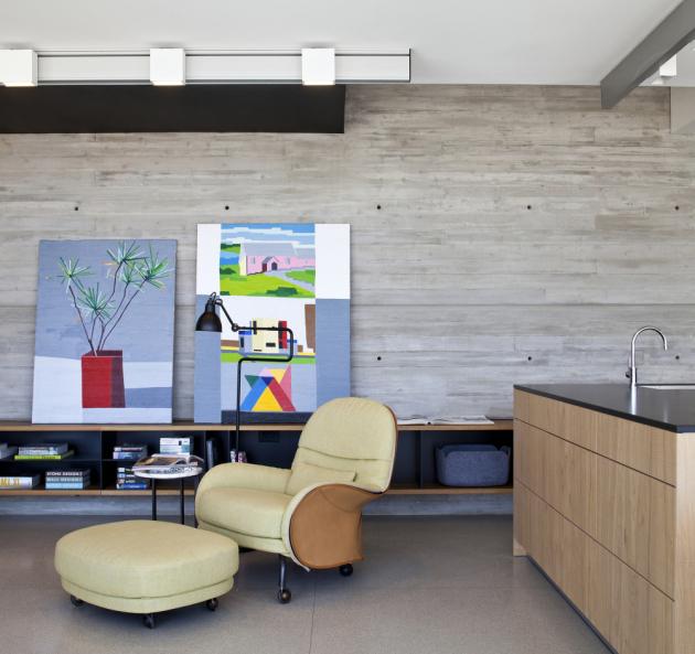 Použité materiály a nadčasový styl interiéru doplňují knihy a umělecká díla v celém bytě včetně obrazů umělce Guye Yanaiho.