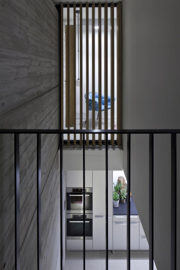 Vprůřezu je patrné použití skleněných výplní a svislých pohyblivých lišt ze dřeva.