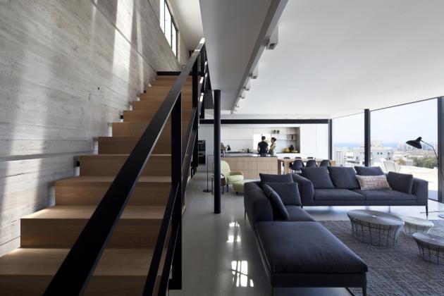 Nové schodiště tvoří pomyslnou osu a vytváří dramatický architektonický průřez bytem