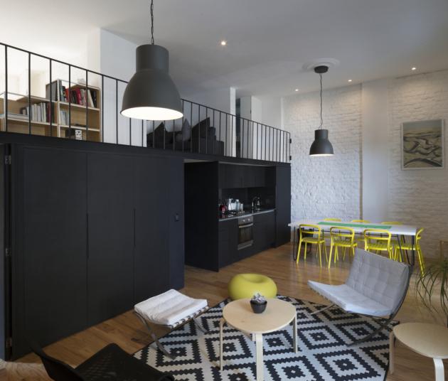 Pro obývací část sjídelnou a kuchyní je charakteristický vysoký strop s dvojitou výškou.