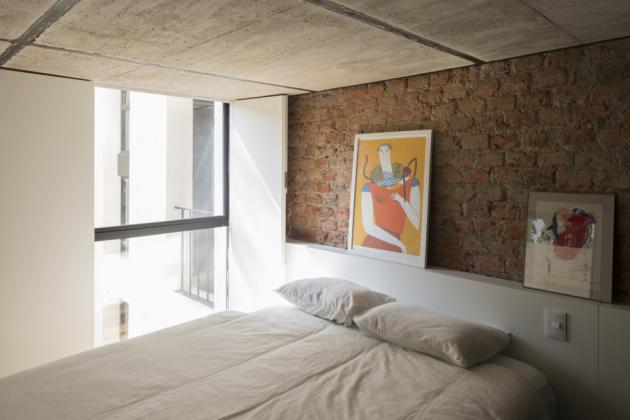 Ložnice na úrovni obývací části.