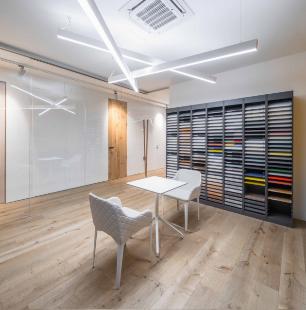 V interiérovém studiu Casamoderna je k vidění kromě několika vystavených kuchyní také šikovný vzorkový stojan, kde si můžete prohlédnout modely jednotlivých dvířek, ale také jejich materiály a odstíny, kuchyňské desky z kamene, či úchytky.