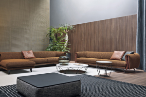 Sofa Saddle (Bonaldo), design Giuseppe Viganó, dřevo, polyuretan, lakovaný kov, textilie ikůže, snímatelný potah, cena od94000Kč, www.puntodesign.cz