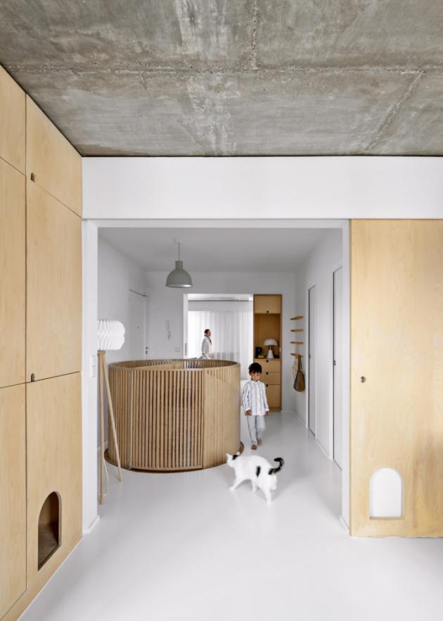 Naposuvných dveřích aněkolika skříních jsou otvory vyřezané namíru kočce, která se tak může volně pohybovat pocelém horním patře bytu