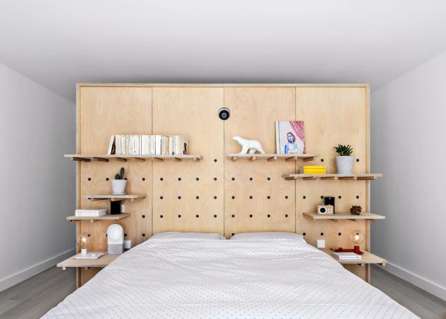 Čelo postele umístěné vestředu místnosti tvoří stejně jako vobývacím pokoji stěna svariabilním policovým systémem, který je zároveň součástí korpusu šatních skříní. Ukrývá také projektor, který přenáší obraz nastahovací plátno, umístěné přímo naproti posteli