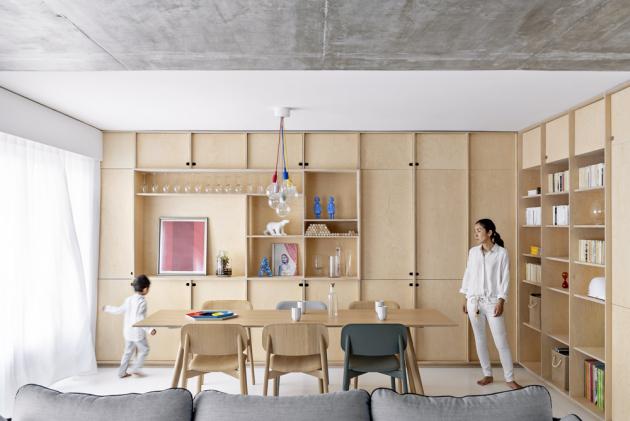 Základem konceptu je kombinace velkých bílých ploch, syrového betonu anábytku zbřezové překližky doplněná obarevné akcenty vpodobě knih, obrazů, dekorací akvětin, které zabydlují jinak ryze funkční prostor
