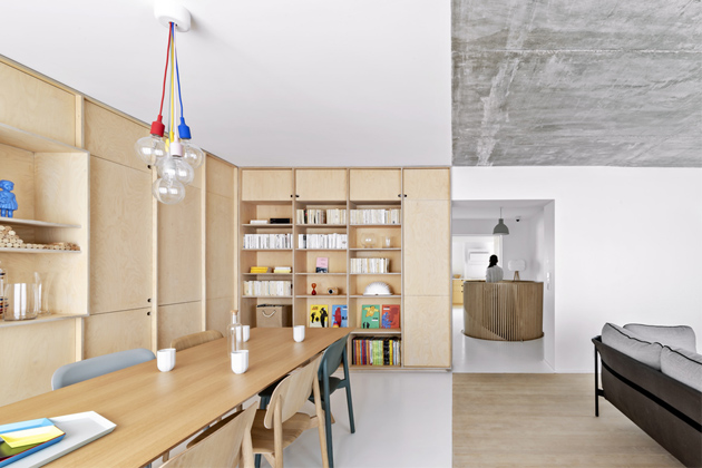 Jednotlivé funkční zóny jsou definovány materiály, které se střídají vnepravidelném rytmu vrámci celého interiéru