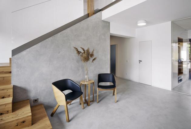 Betonepoxidová stěrka byla použita nejen napodlahu, promítla se navybraných stěnách napříč interiérem