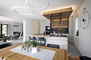 Kruhová svítidla nad jídelním stolem byla sjednocena se svítidlem vobývacím prostoru (výrobce LEDS-CR). Solitérní svítidla nad kuchyňským ostrůvkem jsou vybrána odčeské značky Brokis