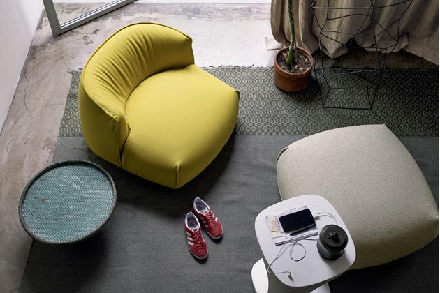 Křeslo Brioni (Kristalia), design Lucidi Pevere, plastové lamely, polyuretan, snímatelná textilie, křeslo Large lounge chair, cena od71800Kč, puf střední, cena od24210Kč,  www.puntodesign.cz