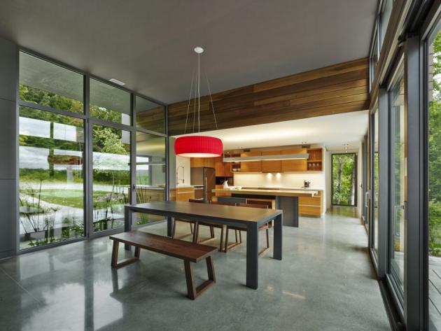 Dřevěné židle vjídelně a obývacím pokoji pocházejí od kanadského designéra Oliviera Desrocherse.