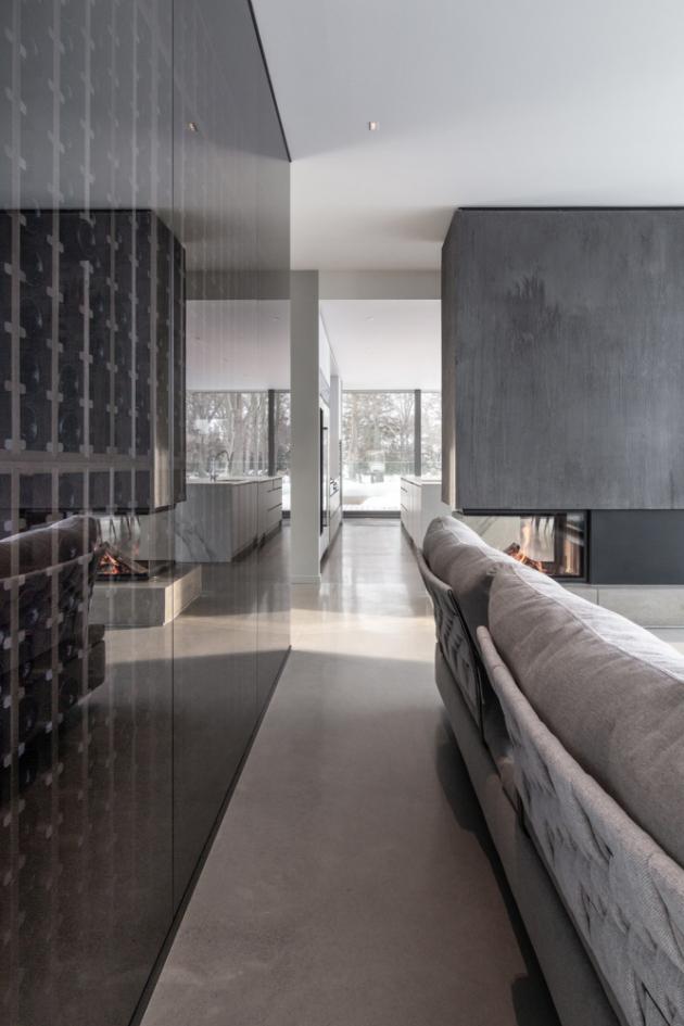 Výjimečná kvalita krajiny i orientace domu byly nosným prvkem obecného plánování obytných prostor na obou podlažích.