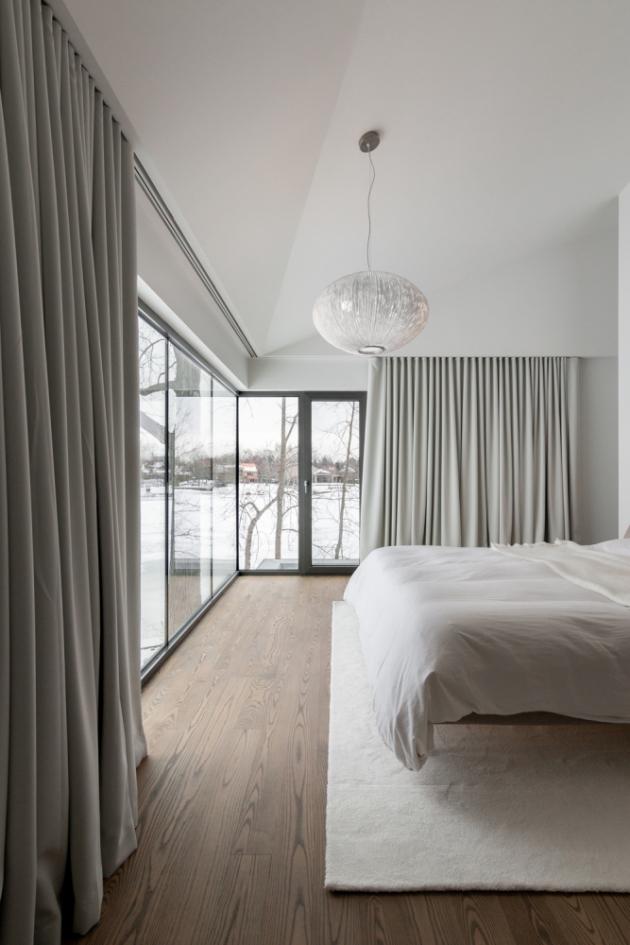 V průběhu realizace se projekt neustále vylepšoval a integroval řadu architektonických prvků, které definují prostorovou identitu domu.