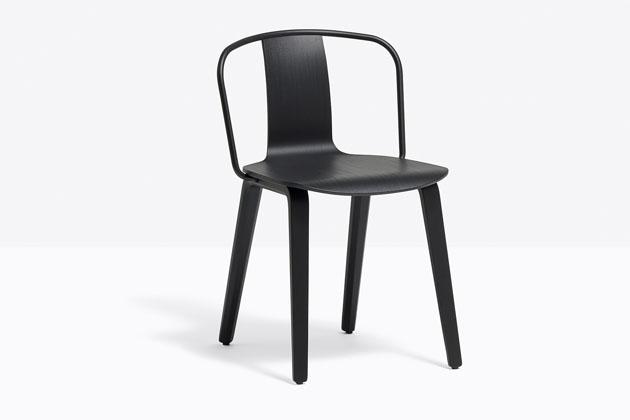 Kolekce židlí Jamaica (Pedrali) je poctou stejnojmennému baru naproslulé milánské ulici Via Brera, který byl legendárním centrem setkávání intelektuálů aumělců 20. století.