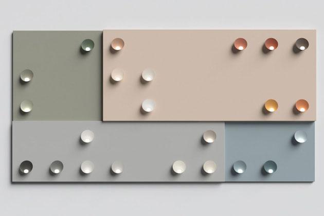 Barevnost zásadně ovlivňuje atmosféru prostoru adesignéři ze stockholmského Note Studia to dobře vědí.  Byli proto osloveni, aby se podíleli nainovativním konceptu Chromatica (Vibia). Nástěnná svítidla jsou dostupná vpatentované paletě 23 barev, které jsou namíchány tak, aby dobře ladily snejčastěji využívanými materiály současnosti, jako jsou například přírodní dřevo, beton nebo kov.