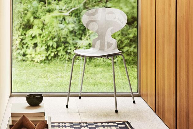 První verze ikonické židle zdobené potiskem dánské umělkyně Kristy Rosenkilde je na světě! Limitovaná edice Ant Deco Silhouette (Fritz Hansen) se od starších sester odlišuje dekorem navazujícím na tvar židle vycházející z podoby mravence se zvednutou hlavou. První potisk byl vyřezán na linoleum a potištěn rukou, naskenován a digitální tisk následně přenesen na zakřivený povrch židle. Rozměry 81 × 52 × 48 cm, cena od 11 587 Kč, WWW.STOCKIST.CZ