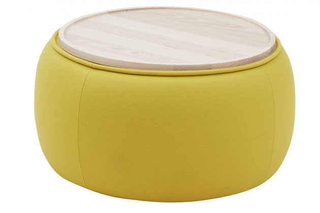 Multifunkční Conga (Softline) je inspirován tradičními kubánskými bubny a poslouží jako měkký puf i stabilní odkládací stolek. Svrchní deska ze dřeva je odnímatelná a lze ji použít také samostatně jako podnos. Conga je dostupný ve dvou velikostech Ø 53 a Ø 72 cm. Design Sascha Sartory, cena od 7 615 Kč, WWW.LINO.CZ