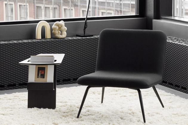 Uhlazené diagonály a zdánlivě nepravidelné křivky charakterizují odkládací stolek JR 6500 (Fredericia) z dubového dřeva, který má speciální prostor na ukládání časopisů. Autorem designu je Jens Risom, jenž proslul svou zálibou v praktičnosti. Obnovení výroby je poctou tomuto dánskému rodákovi, působícímu od 40. let minulého století v Americe. Rozměry 47 × 40,5 × 57,5 cm, cena od 14 485 Kč, WWW.DANISHDESIGNSTORE.COM