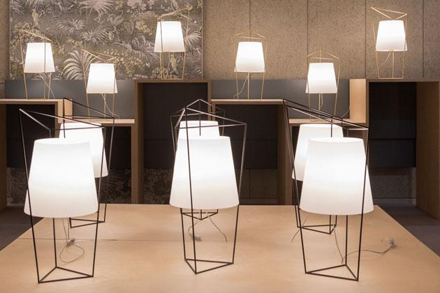 Stmívatelná stolní lampa Tatu (Kundalini) je geometrickou hříčkou designérů z MR Smith Studia. Konstrukci tvoří tři vzájemně pospojované trojúhelníky různé velikosti z lakovaného hliníku, které jsou oporou stínidlu z ručně foukaného opálového skla ve tvaru kónického válce. Rozměry 30 × 35 × 69 cm, cena 23 595 Kč, WWW.AULIX.CZ