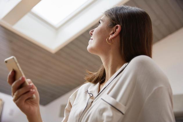 Dostatek světla, tepla a čistého vzduchu (CO2) v interiéru hlídají senzory a na základě vyhodnocení údajů se střešní okna se systémem VELUX ACTIVE automaticky otvírají, zavírají i zastiňují
