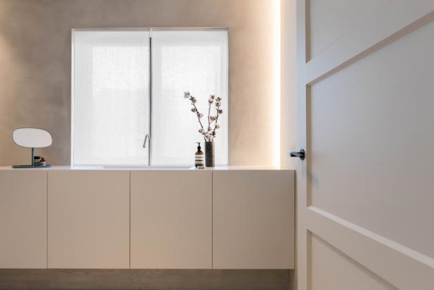 Díky omezené paletě barev a materiálů lze vnímat pocit kontinuity a harmonie mezi jednotlivými místnostmi.