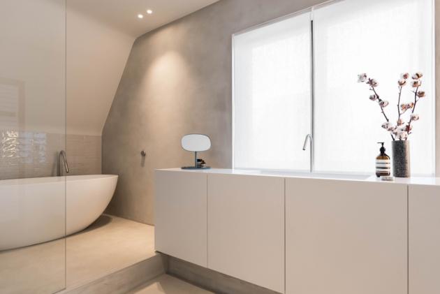 Hlavní koupelna se nachází v úzké chodbě vedoucí k zahradě. Je zařízena v čistém a nadčasovém designu. Vybavení všech koupelen je od italské značky CEA.