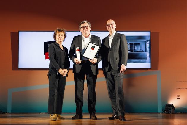 """Tento nový koncept si velmi rychle získal srdce klientů po celém světě a zároveň získal tak prestižní ocenění ICONIC AWARDS 2020 za zcela unikátní design. Vkategorii """"Kuchyně a domácnost"""" pak ještě získal ocenění """"Best of Best""""."""